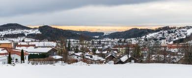 Vista al Grafenau innevato nella foresta bavarese con la vista alle alpi, Baviera, Germania Fotografie Stock