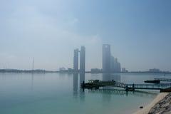 Vista al horizonte de Abu Dhabi de la playa Fotografía de archivo libre de regalías
