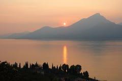 Vista al lago del garda en el ocaso Imagen de archivo libre de regalías