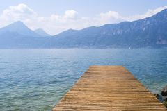 Vista al lago Garda del embarcadero Fotos de archivo libres de regalías