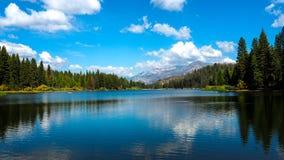 Vista al lago hermoso en Yosemite imagenes de archivo