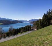 Vista al lago Millstatt en primavera Imagenes de archivo