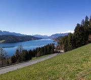 Vista al lago Millstatt in primavera Immagini Stock