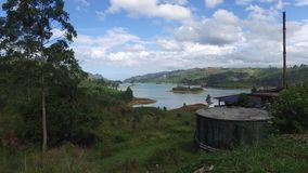 Vista al lago o al fiume dalle colline della terra video d archivio