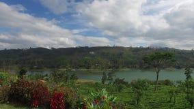 Vista al lago o al fiume dalle colline della terra archivi video