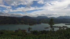 Vista al lago o al fiume dalle colline della terra stock footage