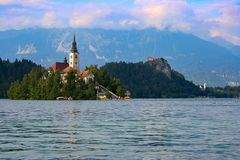 Vista al lago sangrado en Eslovenia foto de archivo libre de regalías