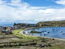 Vista al lago Titicaca ad Isla del Sol con il piccolo villaggio Yumani Fotografia Stock Libera da Diritti