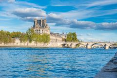 Vista al Louvre sopra la Senna fotografia stock