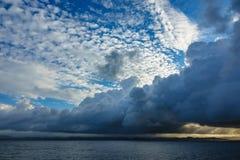 Vista al Lyngdalsfjord con puesta del sol en Noruega Foto de archivo libre de regalías