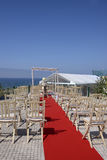 Vista al mar azul, casandose el Gazebo, sillas de madera Foto de archivo