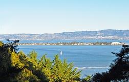 Vista al mar, colinas y isla Imágenes de archivo libres de regalías