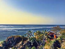 Vista al mar de la colina El paisaje retro de la playa del estilo con resaca larga agita Fotografía de archivo