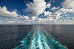 Vista al mar de la cubierta de la nave con el rastro de la estela Foto de archivo