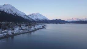 Vista al mar de la playa en costa de Alaska