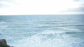 Vista al mar de la rotura almacen de metraje de vídeo