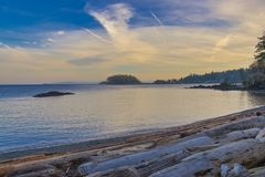 Vista al mar del parque del punto del cuello en Nanaimo en la puesta del sol, Vancouver Imagen de archivo