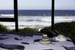 Vista al mar del retratamiento del día de fiesta de la casa de playa fotografía de archivo libre de regalías