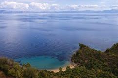 Vista al mar desde arriba de la montaña, con ocultada poca playa arenosa Fotografía de archivo libre de regalías