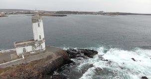 Vista al mar hermosa con el lighthose almacen de metraje de vídeo