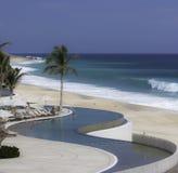 Vista al mar lateral de la playa en las zonas tropicales foto de archivo libre de regalías