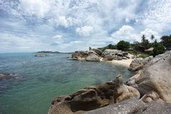 Vista al mare con le grandi rocce in e cielo nuvoloso di stupore Fotografia Stock Libera da Diritti