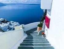 Vista al mare dal villaggio di OIA dell'isola di Santorini in Grecia Fotografie Stock
