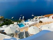 Vista al mare dal villaggio di OIA dell'isola di Santorini in Grecia Fotografia Stock