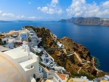 Vista al mare dal villaggio di OIA dell'isola di Santorini in Grecia Immagine Stock
