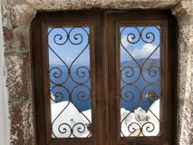 Vista al mare dalle porte nel villaggio di OIA di Immagine Stock Libera da Diritti