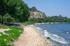 Vista al mare Le onde si rompono sulla riva Il concetto di turismo e di ricreazione Fondo immagine stock libera da diritti