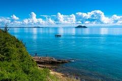 Vista al océano con las nubes en el cielo imagen de archivo libre de regalías
