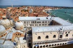 Vista al palacio del dux s del campanille en San Marco Foto de archivo libre de regalías