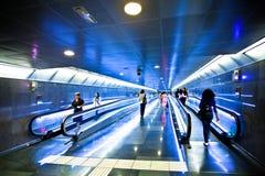 Vista al pasillo azul ancho con las escaleras móviles Fotos de archivo libres de regalías