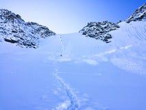 Vista al paso de monta?a de Delone Escaladores de monta?a ?rea de monta?a de Belukha Altai, Rusia fotos de archivo