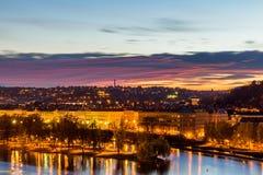 Vista al pequeño distrito de la noche en la ciudad grande Praga, República Checa Fotos de archivo