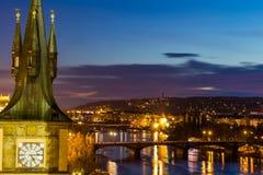 Vista al pequeño distrito de la noche en la ciudad grande Praga, República Checa Foto de archivo