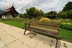 Vista al percorso con pochi banchi attraverso il giardino che caratterizza t Immagini Stock