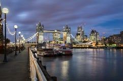 Vista al ponte della torre ed alla città di Londra Immagine Stock