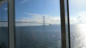 Vista al ponte di Oresund da una finestra del traghetto fra demark e la Svezia video d archivio