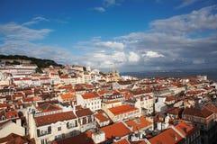 Vista al porticciolo e ad una vecchia città costiera Fotografie Stock