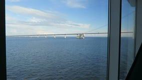 Vista al puente de Oresund de una ventana del transbordador entre el demark y Suecia almacen de metraje de vídeo