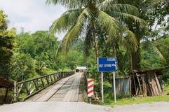 Vista al puente que lleva al pueblo de Annah Rais Bidayuh en Kuching, Malasia Imagenes de archivo