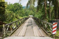 Vista al puente que lleva al pueblo de Annah Rais Bidayuh en Kuching, Malasia Foto de archivo libre de regalías