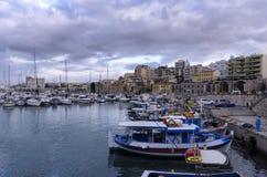 Vista al puerto veneciano viejo con los barcos de pesca tradicionales y a la ciudad de Heraklion con los astilleros venecianos vi imagen de archivo libre de regalías