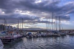 Vista al puerto veneciano viejo en la ciudad de Heraklion por completo de los barcos y de los yates de pesca fotografía de archivo libre de regalías