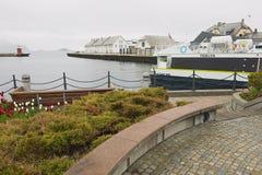 Vista al puerto y a la playa en Alesund, Noruega Foto de archivo libre de regalías