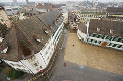Vista al quadrato di Munsterplatz dalla torre di Munster a Basilea, Svizzera Fotografia Stock