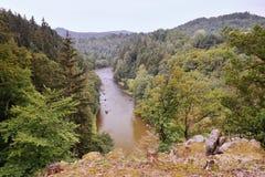Vista al río de Ohre con las piedras entre los bosques cerca del pueblo de Kyselka al principio del otoño en Bohemia del oeste Fotografía de archivo libre de regalías