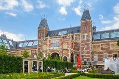 Vista al Rijksmuseum con i turisti che si siedono nel musem garde Fotografia Stock Libera da Diritti